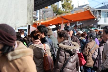 みんな興味津々です -覚王山 日泰寺参道の縁日-