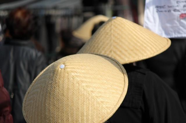 人ごみの中托鉢をする尼僧さんたち -覚王山 日泰寺参道の縁日-