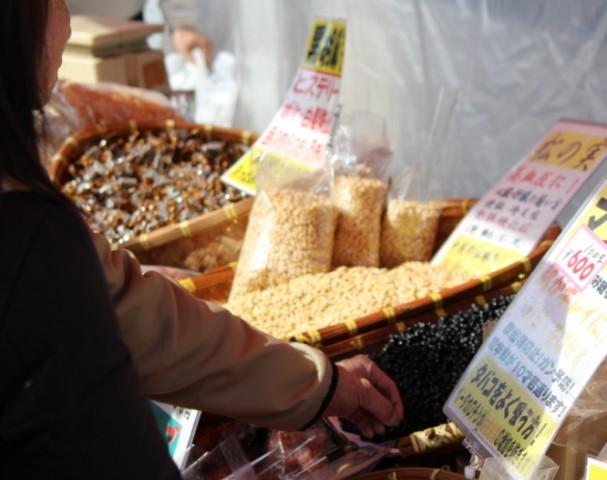 木の実の露店は勝手に試食 -覚王山 日泰寺参道の縁日-