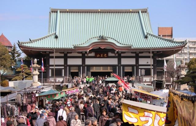 日泰寺境内も露店とお客さんでいっぱい -覚王山 日泰寺参道の縁日-