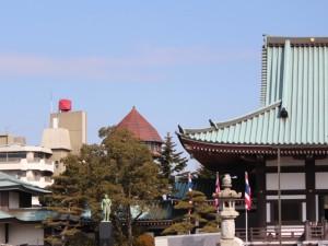 覚王山日泰寺の境内風景にも控えめに参加する給水塔 -東山給水塔-
