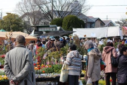日泰寺境内の植木屋さんは大人気 -覚王山 日泰寺参道の縁日-