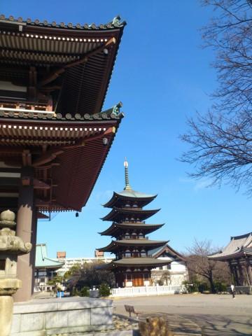 山門から五重塔を見る