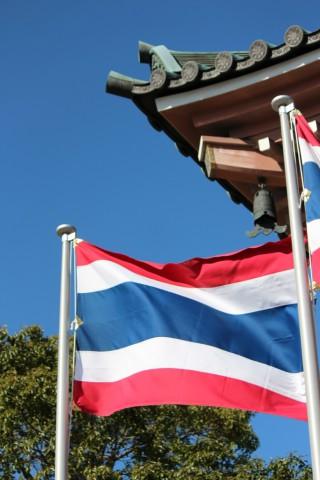 本堂左にはためくタイ国旗